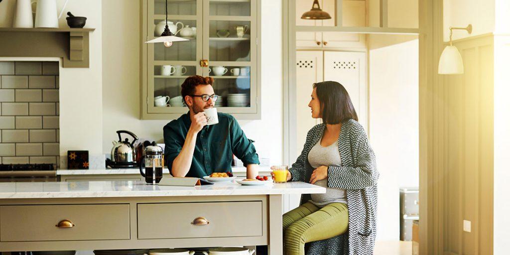 couple reflechis contart assurance maison